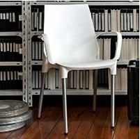 Cadeira com concha em polipropileno empilhável