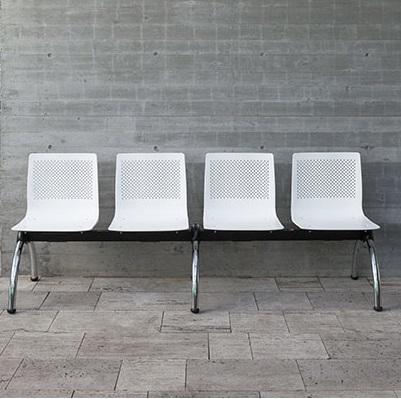 Longarina de 4 lugares com assento e encosto em polipropileno