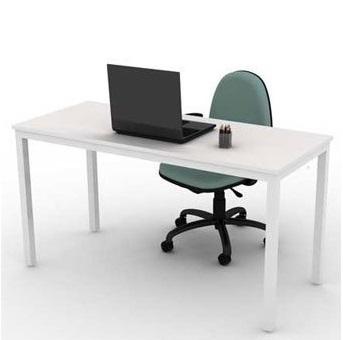 Mesa reta com pé trave e caixa de tomada